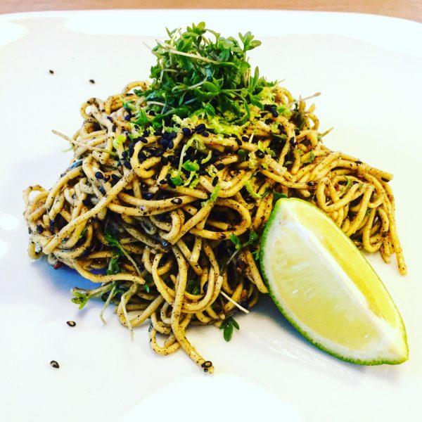 Zwarte tahini noodles met zwart sesamzaad en limoensaus