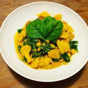 Gele curry met gebakken tempeh, spinazie, bloemkool en kikkererwten