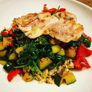 Kippendijen met quinoa, bulgur, spinazie, courgette en puntpaprika