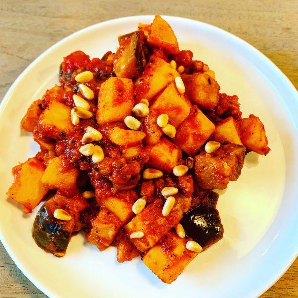 Stootpotje van spek, aubergine, tomaten en zoete aardappel