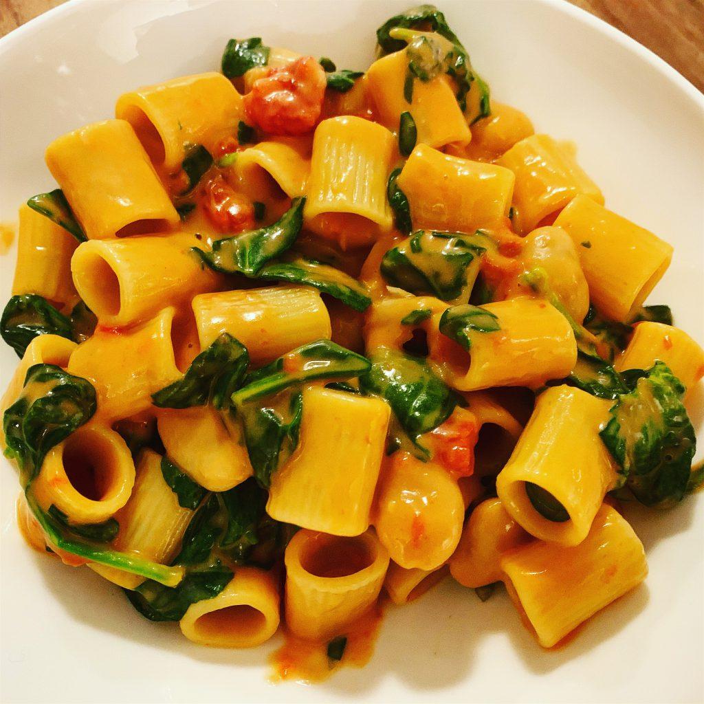 Eenpanspasta met spinazie, tomaten en bonen